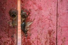 Ηλικίας ξύλινη κόκκινη πόρτα Στοκ φωτογραφίες με δικαίωμα ελεύθερης χρήσης
