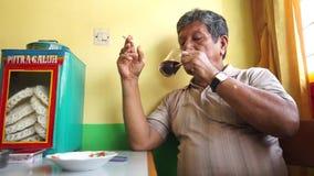 Ηλικιωμένα άτομα που πίνουν έναν καφέ γυαλιού απόθεμα βίντεο