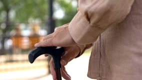 Ηλικιωμένα αρσενικά χέρια που κλίνουν στο ραβδί περπατήματος, ανικανότητα μεγάλης ηλικίας, πρόβλημα υγείας στοκ εικόνες με δικαίωμα ελεύθερης χρήσης