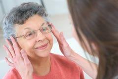 Ηλικιωμένα eyeglasses συναρμολογήσεων γυναικών στοκ φωτογραφίες με δικαίωμα ελεύθερης χρήσης