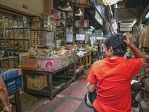 Ηλικιωμένες ασιατικές γυναίκες που χάνονται στην πόλη της Κίνας στοκ φωτογραφίες
