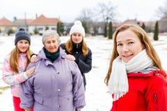 Ηλικιωμένες γυναίκα και εγγονές στοκ εικόνα με δικαίωμα ελεύθερης χρήσης