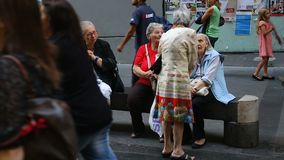 Ηλικιωμένες γυναίκες που συζητούν τα προβλήματα στον πάγκο, ασφαλιστικά οφέλη αποχώρησης φιλμ μικρού μήκους
