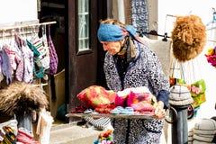 Ηλικιωμένες πωλώντας κάλτσες προμηθευτών γυναικών, μάλλινες παντόφλες και φωτεινά αναμνηστικά στην οδό της πόλης Signagi, περιοχή στοκ εικόνες με δικαίωμα ελεύθερης χρήσης