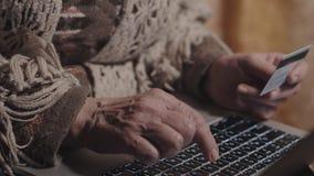 Ηλικιωμένες σε απευθείας σύνδεση τραπεζικές εργασίες γυναικών, πιστωτική κάρτα εκμετάλλευσης απόθεμα βίντεο