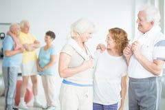 Ηλικιωμένες φίλες στην κατηγορία pilates στοκ εικόνα