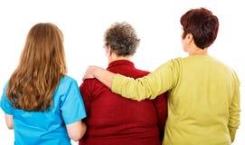 Ηλικιωμένη γυναίκα και νέα caregivers στοκ εικόνα