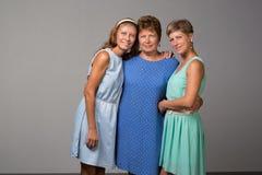 Ηλικιωμένη γυναίκα με δύο ενήλικες κόρες στοκ εικόνα με δικαίωμα ελεύθερης χρήσης