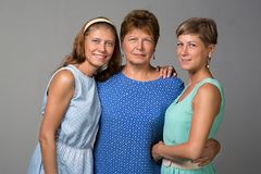 Ηλικιωμένη γυναίκα με δύο ενήλικες κόρες στοκ εικόνα