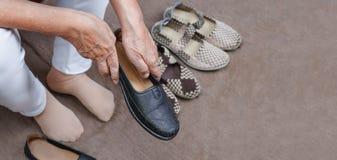 Ηλικιωμένη γυναίκα που βάζει στα παπούτσια στοκ φωτογραφία με δικαίωμα ελεύθερης χρήσης