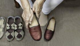 Ηλικιωμένη γυναίκα που βάζει στα παπούτσια στοκ φωτογραφίες με δικαίωμα ελεύθερης χρήσης