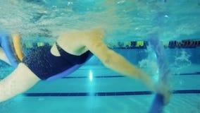 Ηλικιωμένη γυναίκα που εκπαιδεύει να κολυμπήσει στη λίμνη - πυροβολισμός υποβρύχιος φιλμ μικρού μήκους