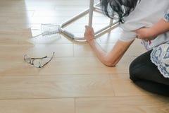 Ηλικιωμένη γυναίκα που πέφτει κάτω στο σπίτι, επίθεση δαπέδων τζακιού στοκ φωτογραφία με δικαίωμα ελεύθερης χρήσης