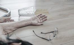 Ηλικιωμένη γυναίκα που πέφτει κάτω στο σπίτι, επίθεση δαπέδων τζακιού στοκ εικόνα με δικαίωμα ελεύθερης χρήσης