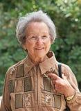 Ηλικιωμένη γυναίκα που περπατά έξω την ηλιόλουστη ημέρα στοκ εικόνες με δικαίωμα ελεύθερης χρήσης