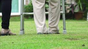 Ηλικιωμένη γυναίκα που περπατά στο κατώφλι με την κόρη απόθεμα βίντεο