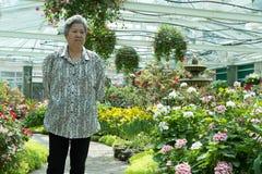 Ηλικιωμένη γυναίκα που στηρίζεται στον κήπο ηλικιωμένη θηλυκή χαλάρωση στο πάρκο Στοκ εικόνα με δικαίωμα ελεύθερης χρήσης