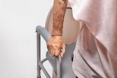 Ηλικιωμένη γυναίκα που χρησιμοποιεί την κινητή καρέκλα καθισμάτων τουαλετών στοκ φωτογραφία με δικαίωμα ελεύθερης χρήσης