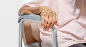 Ηλικιωμένη γυναίκα που χρησιμοποιεί την κινητή καρέκλα καθισμάτων τουαλετών στοκ φωτογραφίες