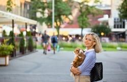 ηλικιωμένη γυναίκα πόλεω&nu Στοκ Φωτογραφία