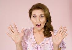 ηλικιωμένη γυναίκα στάσε&ome Στοκ Εικόνες