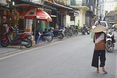 Ηλικιωμένη γυναίκα στην οδό του Ανόι Στοκ εικόνα με δικαίωμα ελεύθερης χρήσης