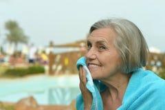 Ηλικιωμένη γυναίκα στο τροπικό θέρετρο Στοκ Φωτογραφίες