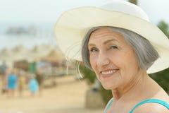 Ηλικιωμένη γυναίκα στο τροπικό θέρετρο Στοκ φωτογραφία με δικαίωμα ελεύθερης χρήσης