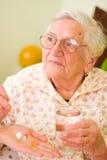 ηλικιωμένη γυναίκα φαρμάκ&ome στοκ φωτογραφία