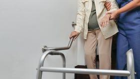 Ηλικιωμένη εκμετάλλευση γυναικών στο κιγκλίδωμα με το caregiver στοκ φωτογραφία με δικαίωμα ελεύθερης χρήσης