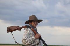Ηλικιωμένη κυρία με το shootgun έτοιμο για το κυνήγι στοκ εικόνα