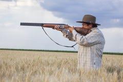 Ηλικιωμένη κυρία με το shootgun έτοιμο για το κυνήγι με το shootgun στοκ φωτογραφία με δικαίωμα ελεύθερης χρήσης