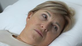 Ηλικιωμένη κυρία που ξυπνά στο νοσοκομείο μετά από την αναισθησία χειρουργικών επεμβάσεων, πρόβλημα υγείας φιλμ μικρού μήκους
