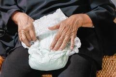 Ηλικιωμένη μεταβαλλόμενη πάνα γυναικών στοκ εικόνες με δικαίωμα ελεύθερης χρήσης