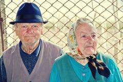 Ηλικιωμένη συνεδρίαση ζευγών μαζί σε μια εθνική οδό στοκ εικόνες