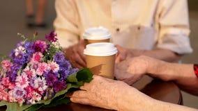 Ηλικιωμένη συνεδρίαση ζευγών στον καφέ με τα φλυτζάνια του τσαγιού απόθεμα βίντεο