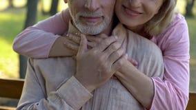 Ηλικιωμένη σύζυγος που αγκαλιάζει το πάρκο συζύγων, ρομαντική σύνδεση, ευτυχής στενότητα ζευγών στοκ εικόνα