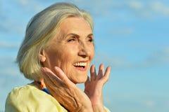 Ηλικιωμένη τοποθέτηση γυναικών Στοκ φωτογραφίες με δικαίωμα ελεύθερης χρήσης