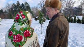 Ηλικιωμένη χαλάρωση ζευγών στο χειμώνα στο πάρκο Ευτυχείς παππούς και γιαγιά που περπατούν από κοινού απόθεμα βίντεο