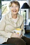 ηλικιωμένη χαλαρώνοντας &gamm Στοκ Φωτογραφία