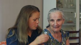 Ηλικιωμένοι 80 συν τη χρονών γιαγιά με την εγγονή σε μια εγχώρια ρύθμιση