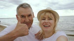 Ηλικιωμένοι σύζυγος και σύζυγος που έχουν την τηλεοπτική κλήση στο Σαββατοκύριακο απόθεμα βίντεο