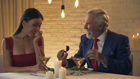 Ηλικιωμένος εκατομμυριούχος που κάνει την πρόταση στη νέα φίλη, ημερομηνία στο εστιατόριο φιλμ μικρού μήκους