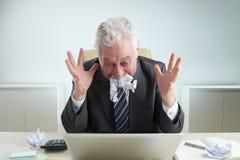 Ηλικιωμένος επιχειρηματίας που χάνει την ιδιοσυγκρασία του Στοκ Φωτογραφίες