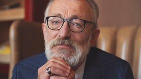 Ηλικιωμένος επιχειρηματίας στο επίσημο κοστούμι με το ουίσκυ και πούρο στο εσωτερικό πολυτέλειας απόθεμα βίντεο