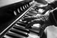 Ηλικιωμένος μουσικός που παίζει ένα πιάνο στο εσωτερικό Στοκ φωτογραφία με δικαίωμα ελεύθερης χρήσης