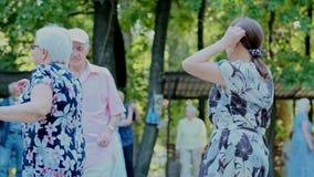 Ηλικιωμένος χορός γυναικών και ανδρών στη μουσική Η πίστα χορού στο πάρκο Ουκρανία, Kyiv, 01 06 2019 φιλμ μικρού μήκους