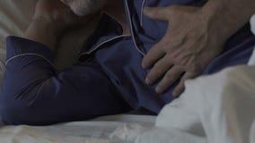 Ηλικιωμένο άτομο που βρίσκεται στο κρεβάτι τη νύχτα, που κρατά επάνω στο στήθος, προβλήματα με την καρδιά απόθεμα βίντεο