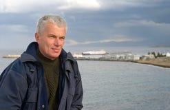 Ηλικιωμένο άτομο που κοιτάζει μακριά Στοκ εικόνες με δικαίωμα ελεύθερης χρήσης
