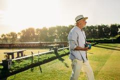 Ηλικιωμένο άτομο που στέκεται σε έναν χορτοτάπητα που κρατά ένα boule στοκ εικόνα με δικαίωμα ελεύθερης χρήσης